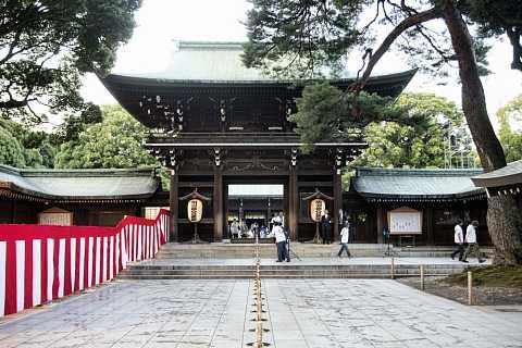 The offering hall of Meiji Jingu by Scott Joyce